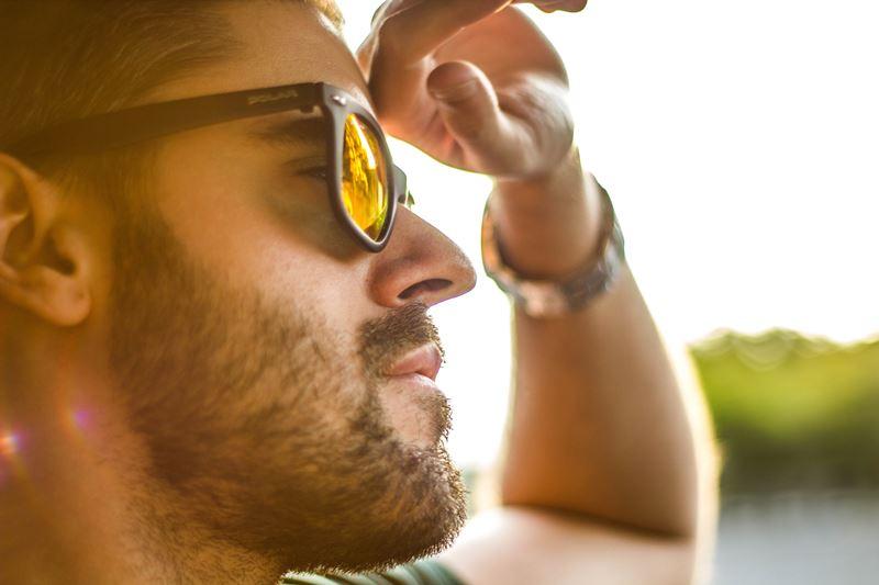 เหตุผลที่ทำให้ผู้ชายใส่แว่นกันแดดแล้วดูเท่